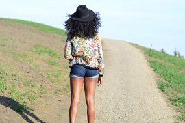 Vue arrière d'une femme marchant sur une route de campagne