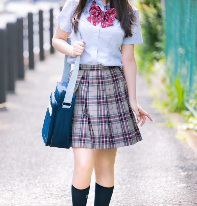jeune fille en jupe et chemise
